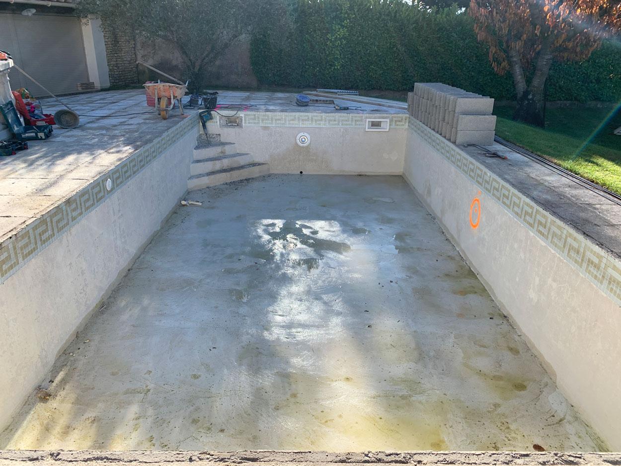piscine avant transformation avec anciennes marches à détruire et ancien carrelage à déposer
