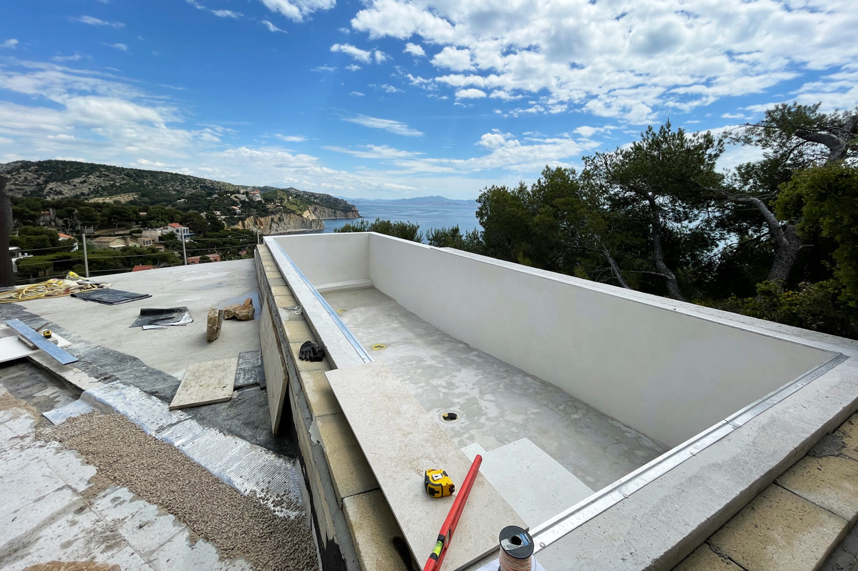 reconstruction du bassin en couloir de nage avec débordement sur 3 côtés