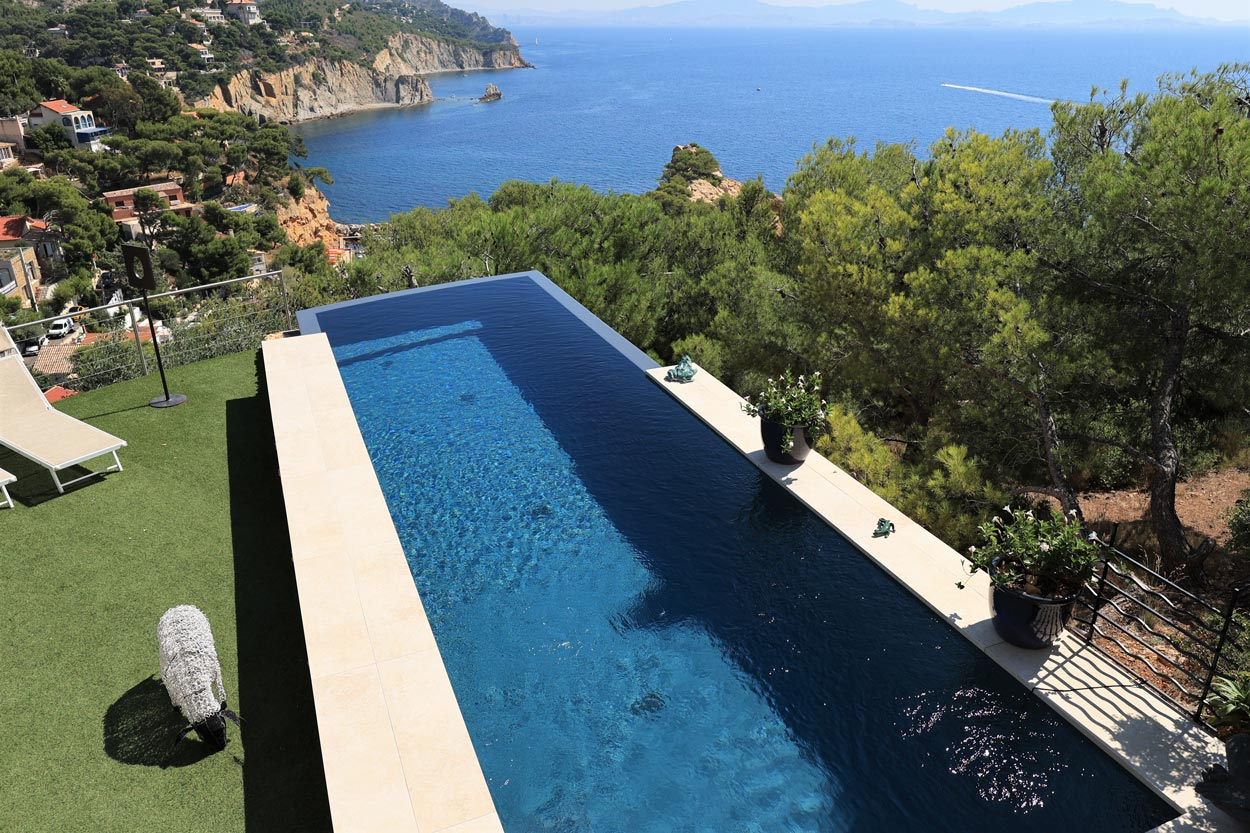 piscine contemporaine à débordement sur front de mer