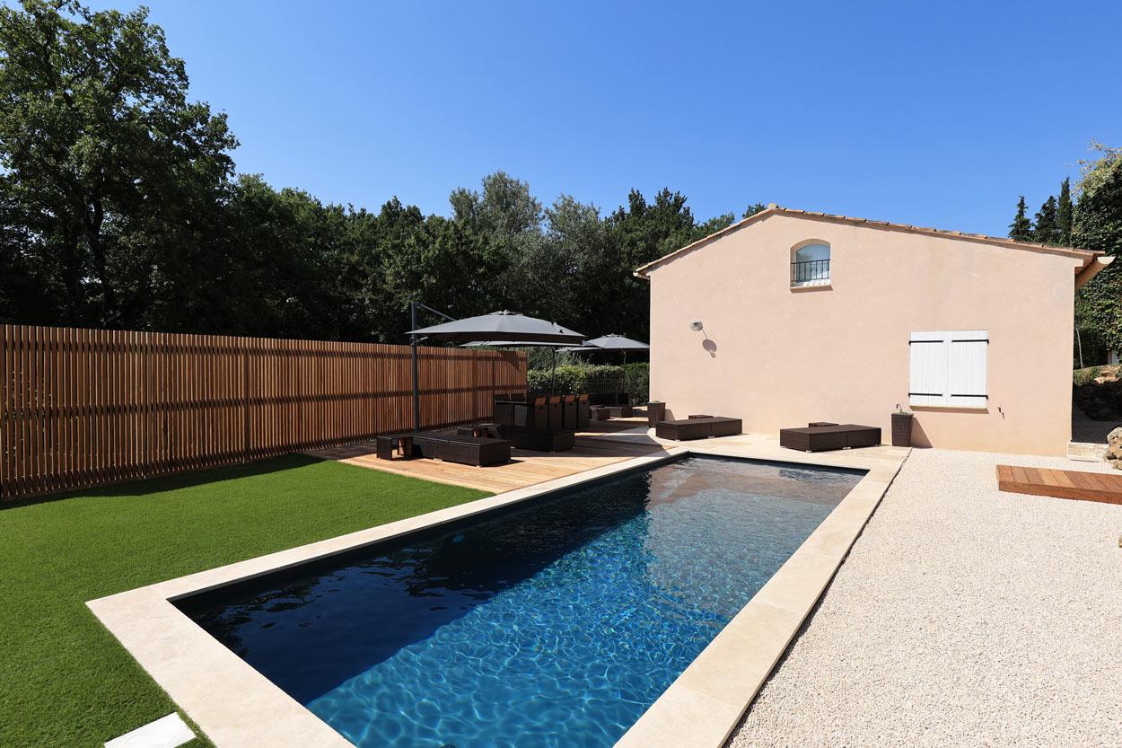 création ensemble piscine et abords terrasse bois exotique dallage travertin