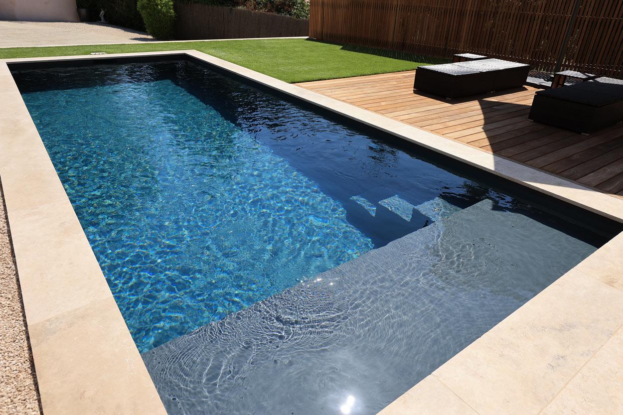 création piscine traditionnelle maçonnée avec revêtement PVC armé gris anthracite
